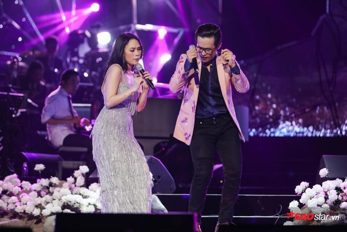 """Với đêm liveshow tại thành phố Hồ Chí Minh, cả hai đã đem đến nhiều tiết mục bất ngờ khi ngẫu hứng thể hiện những ca khúc chưa bao giờ tập. Đặc biệt phải kể đếnNgười hãy quên em đi với phiên bản """"Tâm hát - Tuấn nhảy"""" cực đáng yêu."""