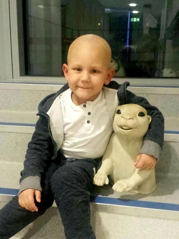 Cậu bé may mắn thoát khỏi căn bệnh ung thư giai đoạn cuối một cách thần kỳ. Ảnh SWNS