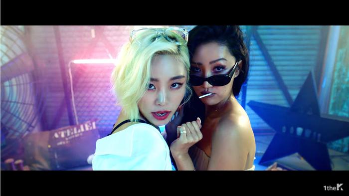 Wheein còn rủ luôn cô bạn chí cốt Hwasa vào MV góp vui.