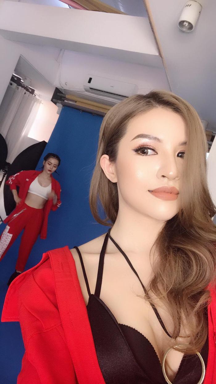 Phải chăng 2 cô nàng đang shooting hoặc quay MV mới cùng SGirls?
