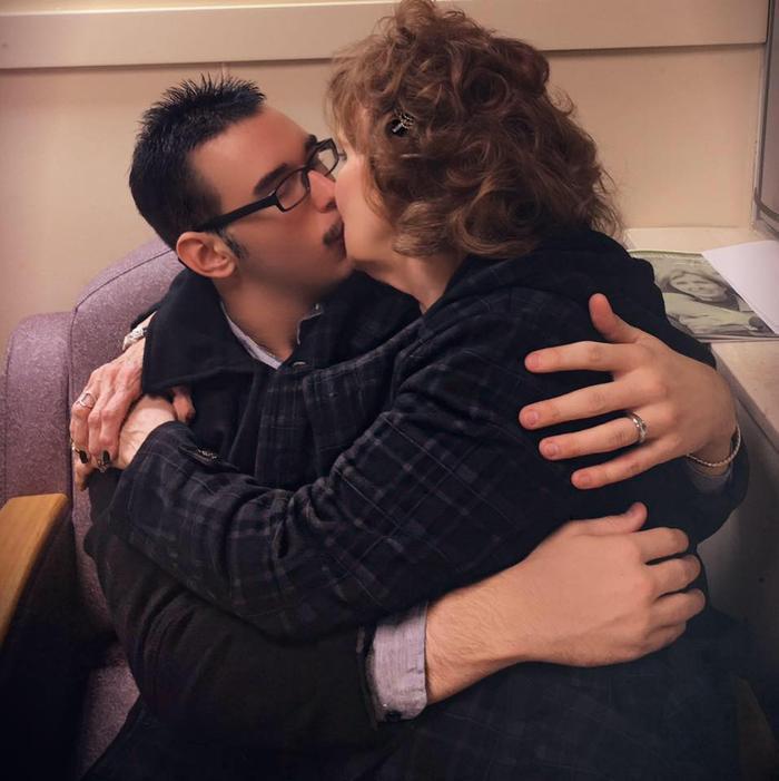 Cặp đôi quyết định tiến tới hôn nhân chỉ sau 2 tuần hẹn hò. Ảnh: Gary Hardwick/Facebook