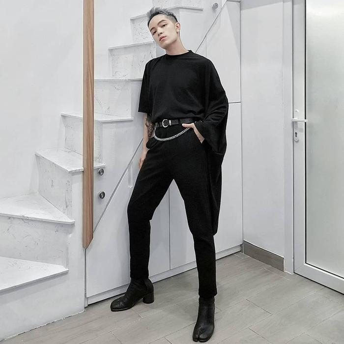 Diện một set đồ đen toàn tập, nhưng Kelbin rất tinh tế khi sử dụng phụ kiện dây lưng gắn dây xích làm điểm nhấn nhá, tạo sự thú vị cho outfit.