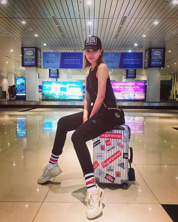 Người mẫu Anh Thư khoe vóc dáng chuẩn với áo hai dây cùng quần skinny jeans ôm sát. Sử dụng giày cùng túi đeo chéo của Gucci là cách để cô nàng tăng điểm thời thượng.