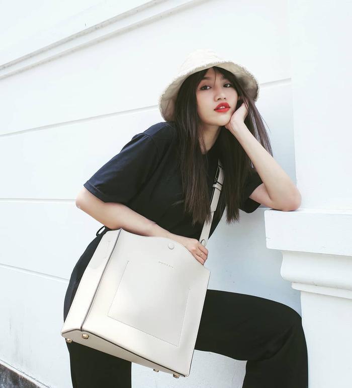"""Cả combo trang phục tông màu đen của Chế Nguyễn Quỳnh Châu bỗng chốc """"sáng bừng"""" nhờ cách sử dụng chiếc túi đeo chéo bản to làm điểm nhấn."""