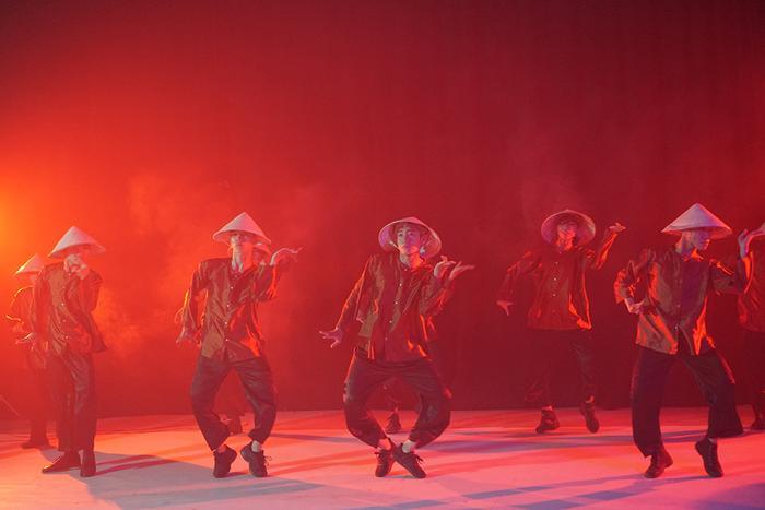 Quang Đăng mặc áo bà ba, đội nón lá trong điệu nhảy đặc sệt văn hóa Việt ảnh 5