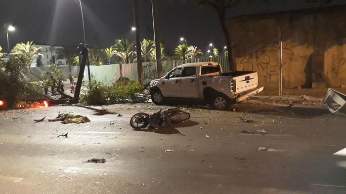 Xe máy nằm la liệt dưới đường, cây xanh và trụ đèn giao thông bị quật ngã sau cú tông mạnh của ô tô bán tải. Ảnh: VTC.