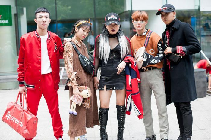 Màu sắc rực rỡ lên ngôi vào ngày thứ 4 của sự kiện The Best Street Style. Cái nắng nóng ở Sài Gòn không làm các tín đồ thời trang dè dặt.