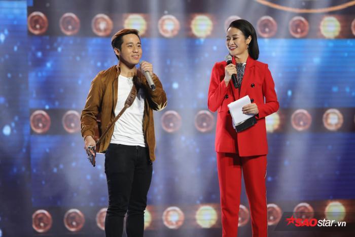Đình Khương tiếp tục hình ảnh chàng nghệ sĩ vừa đàn vừa hát trên sân khấu Sing My Song.