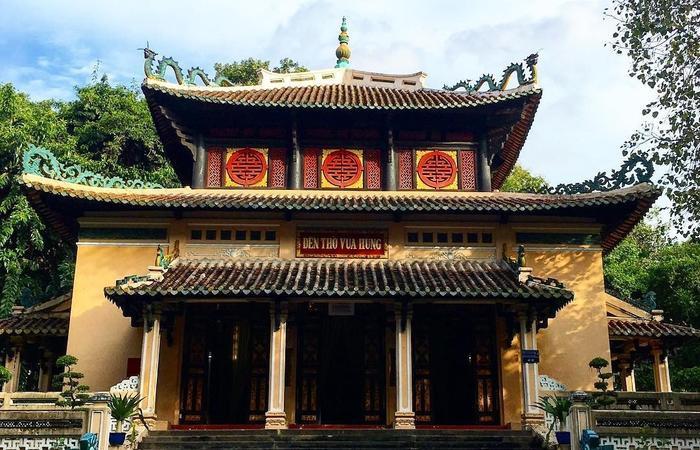 Đền thờ Vua Hùng trong Thảo Cầm Viên.