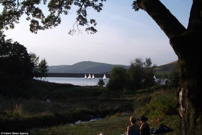 Hồ Dovestones mang trong mình vẻ đẹp thơ mộng nhưng lại là nơi xảy ra vô số những sự cố bi thảm. Ảnh: Carters News Agency