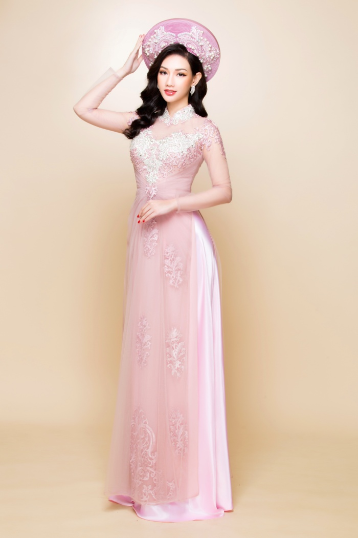 Sở hữu vóc dáng chuẩn mực cùng gương mặt đẹp dịu dàng, MC Quỳnh Chi đã được NTK Minh Châu tin tưởng, gửi trọng trách làm người mẫu thể hiện bộ ảnh.