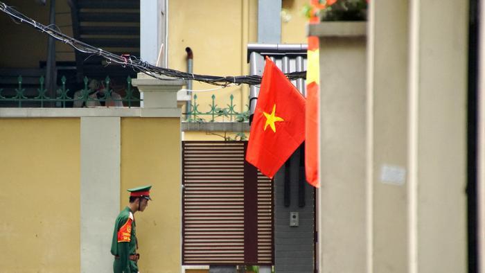 Một lá cờ đỏ phấp phới.