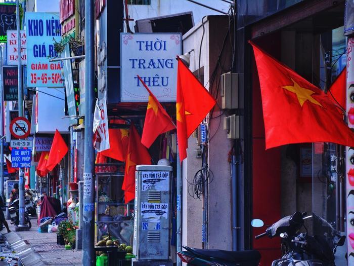 Một góc trên đường Phan Đình Phùng ngập màu cờ.