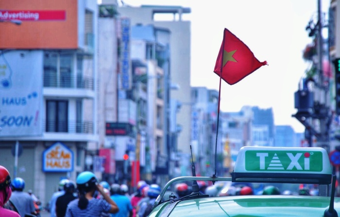 Các hãng xe cũng đồng loạt treo cờ kỷ niệm vào ngày này.