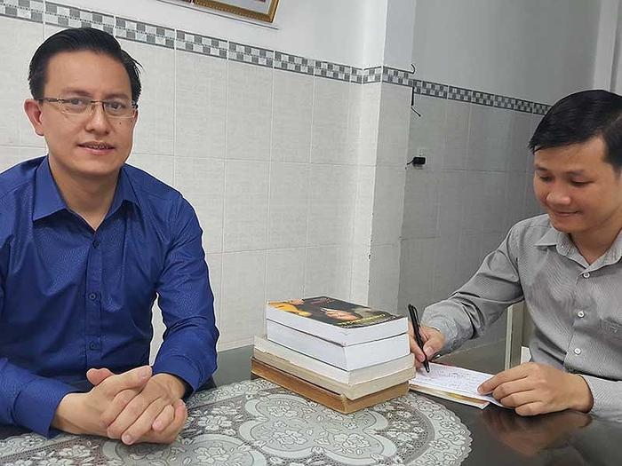 Ông Nguyễn Văn Hòa (trái) cùng người của Hội thánh của Đức Chúa Trời. Ảnh: Pháp Luật TP.HCM.