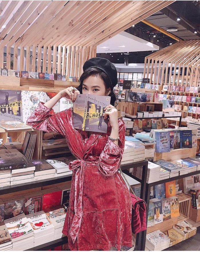 Thì hay quá, Angela Phương Trinh cũng rất thích đi nhà sách và nhất định phải chụp hình cùng một cuốn sách. Và nếu ai còn chưa rõ thì xin khẳng định, đọc sách và chụp hình cùng sách là sở thích của Angela Phương Trinh.