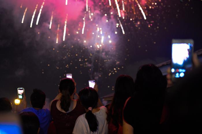 Vào 21h tối nay (30/4), những quả pháo đầu tiên vụt lên trời cao mừng kỷ niệm 43 năm giải phóng hoàn toàn miền Nam, thống nhất đất nước. Ảnh: Zing.vn.