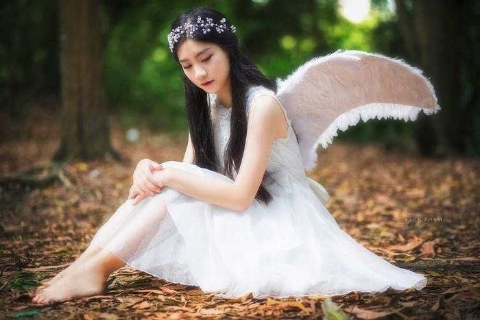 Nhờ sở hữu gương mặt với những đường nét vô cùng thanh tú, làn da trắng ngần đậm nét Á Đông, cùng mái tóc đen dài thả buông thướt tha nên Nam Phương hóa thân hoàn hảo vào hình tượng nữ thiên thần cánh trắng.