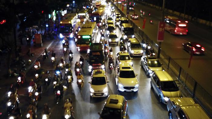 Khu vực đường Ngọc Hồi - Giải Phóng, hàng dài ô tô nối đuôi nhau di chuyển chậm vào thành phố.