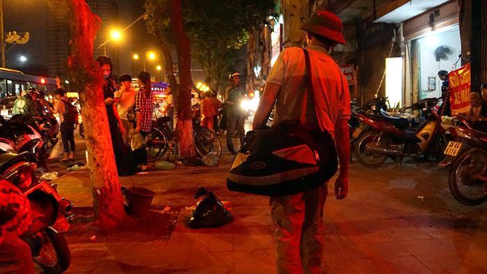 Tối muộn ngày 1/5, vẫn nhiều người mang theo đồ đạc trở lại Thủ đô sau kỳ nghỉ lễ kéo dài 4 ngày.