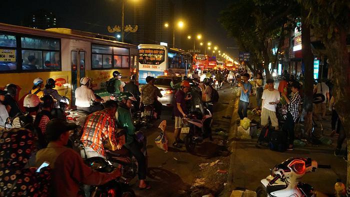 Thời tiết miền Bắc đang khá oi bức, nhiều người lên Hà Nội muộn để không khí dịu mát hơn.