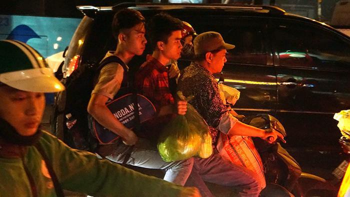 Nhiều bạn trẻ, sinh viên cũng trở lại Thủ đô chuẩn bị trở lại trường học vào sáng 2/5.