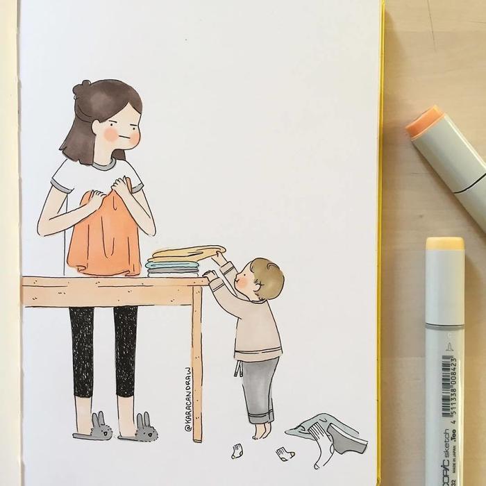 """Em bé lúc nào cũng cố gắng """"giúp đỡ"""" mẹ."""