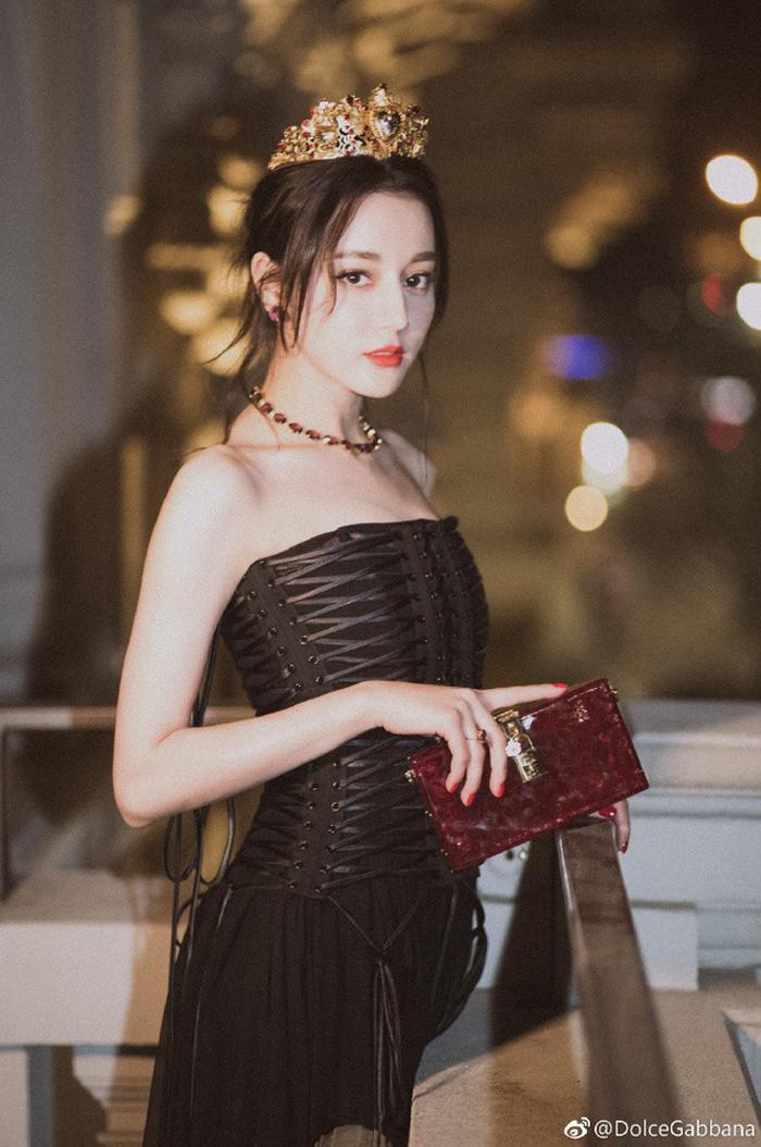 Khi hóa thân thành nàng công chúa của Dolce & Gabbana, cô chọn sắc đỏ nguyên thủy nồng nàn.