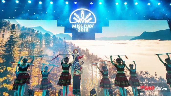 Nguyễn Minh Châu thể hiện những điệu múa đặc trưng của đồng bào người H'Mông ở Lào Cai