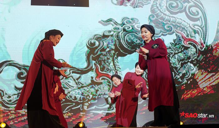 Điệu hát xoan cổ truyền của vùng đất Phú Thọ được Trần Huyền Trang hòa giọng cùng các cô, các chị, mang đến một sân khấu độc đáo cho đêm chung kết.