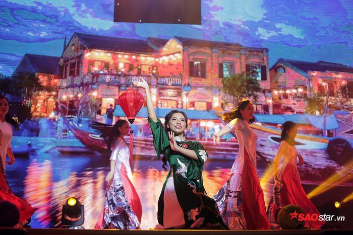 Thí sinh được yêu thích nhất Uông Hà Ngân tái hiện những hình ảnh của đêm hội hoa đăng tại phố cổ Hội An - Quảng Nam.