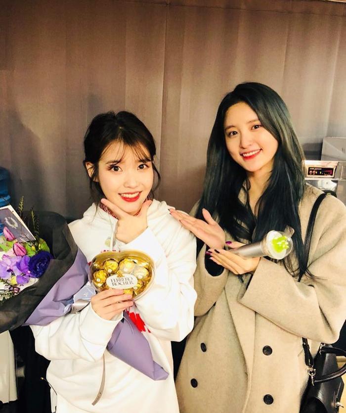 """Junghwa chính là 1 """"fan cuồng"""" của """"em gái quốc dân"""" IU."""