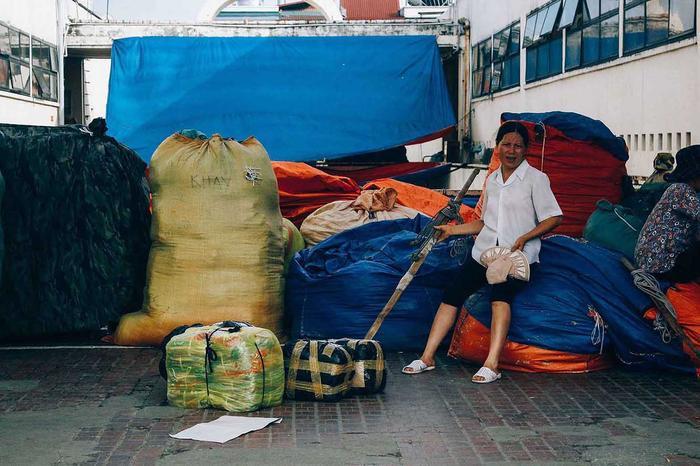Hà Nội vừa bước vào những ngày nắng nóng đầu tiên của mùa hè với nhiệt độ lên đến 37 độ. Cái nóng oi ả làm tăng thêm sự vất vả của những nữ lao động làm nghề bốc hàng thuê ở khu chợ trung tâm của Hà Nội.