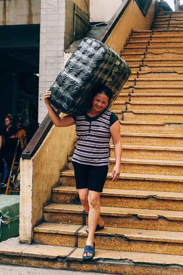 Hầu hết những nữ lao động ở đây đến từ các tỉnh lân cận Hà Nội như Nam Định, Yên Bái, Hưng Yên… Họ coi đây là kế sinh nhai quan trọng bởi họ khó có thể tìm thấy một công việc khác khi không có gì ngoài sức khỏe và sự cần mẫn, chịu khó.