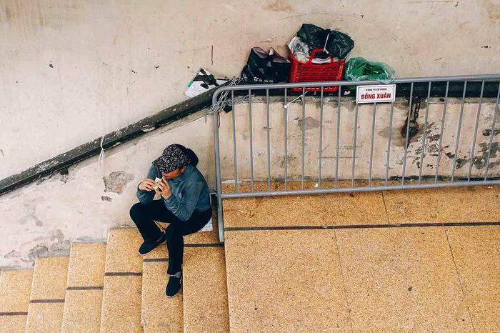 Những giây phút nghỉ ngơi trên hành lang cầu thang của chợ.