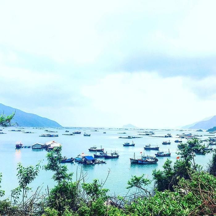Nơi đây quanh năm lặng sóng, biển hiền hòa và cũng là nơi neo đậu của rất nhiều tàu thuyền. Ảnh: p.anh2807