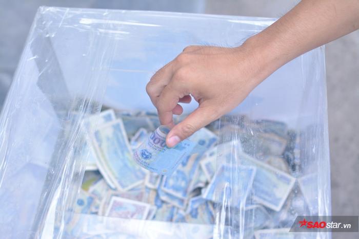 Bao nhiêu người vội vã tạt ngang qua thùng tiền để quyên góp, rồi lẳng lặng đi. Có khi là đồng tiền lẻ vón cục, khi là 10 nghìn, 20 nghìn, 50 nghìn, 100 nghìn…