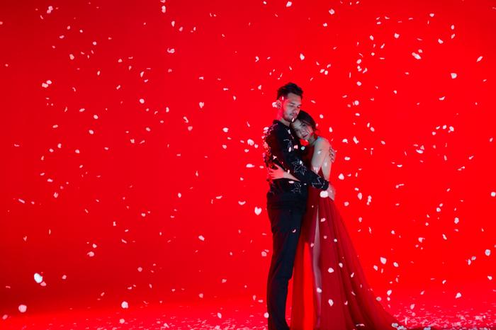 Trong MV mới, hình ảnh của Bích Phương được đầu tư hết sức kĩ lưỡng, chỉn chu. Tuy nhiên chiếc đầm đỏ rực vô cùng gợi cảm mà Bích Phương mặc ở khoảng giữa MV lại rất quen thuộc.