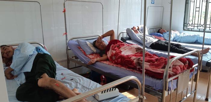 Các bệnh nhân bị ngộ độc phải nhập viện cấp cứu.