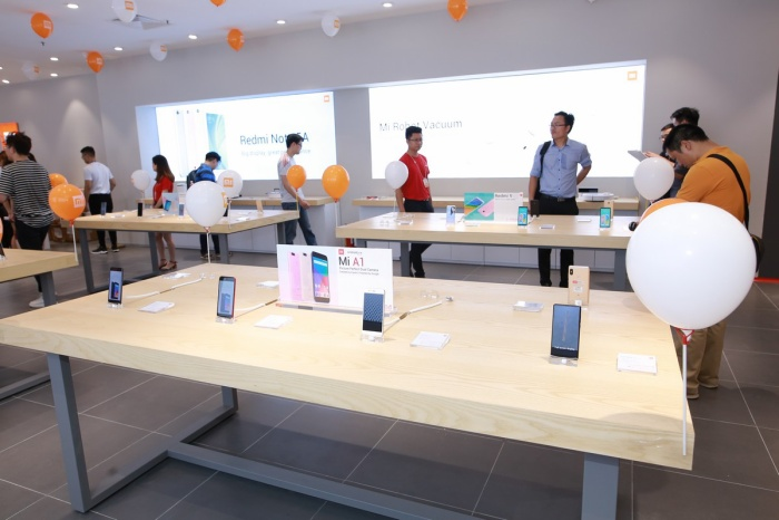 Smartphone là những nhân vật chính trong cửa hàng Mi Store Hà Nội. Tuy nhiên, khách tới thăm có thể trải nghiệm hơn 120 sản phẩm khác có trong hệ sinh thái của Xiaomi.