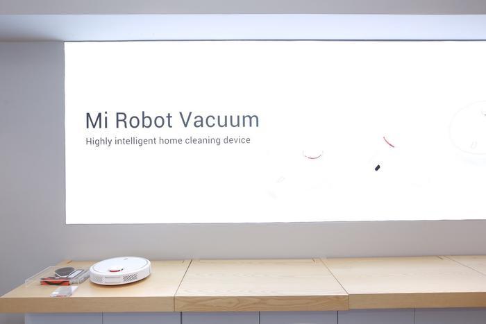 Máy hút bụi thông minh Mi Robot Vacuum cũng được trưng bày tại Mi Store Hà Nội. Xiaomi vốn nổi tiếng là thương hiệu có hệ sinh thái vô cùng phong phú.