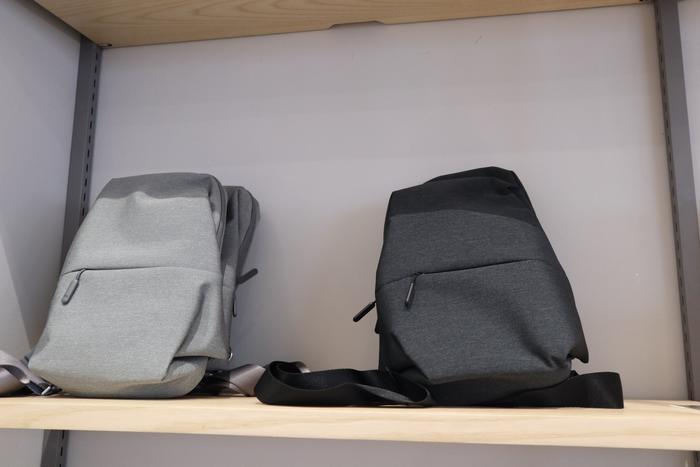 Bên cạnh các thiết bị thiên về công nghệ, Mi Store Hà Nội còn có một số sản phẩm đời sống, ví dụ như vali hay ba lô.