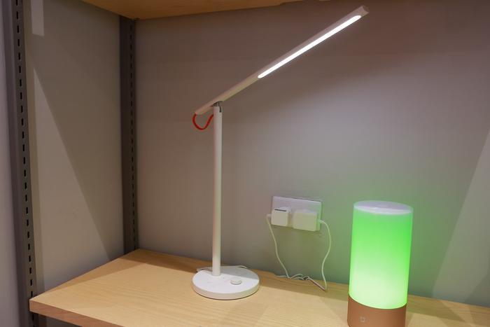 Đèn bàn và đèn ngủ thông minh cho phép điều chỉnh độ sáng và màu đèn thông qua ứng dụng di động.