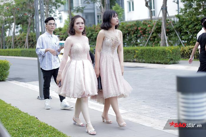 Nữ sinh THPT chuyên Nguyễn Huệ xúng xính trong trang phục dạ hội lộng lẫy
