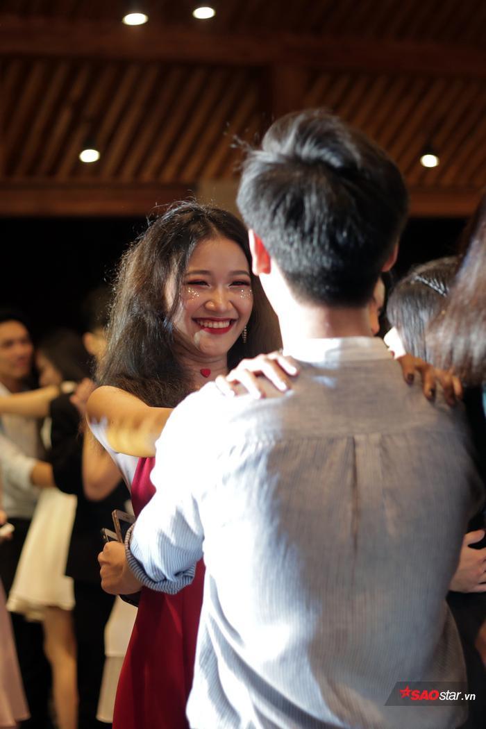 Nụ cười hào hứng của nữ sinh chuyên Nguyễn Huệ
