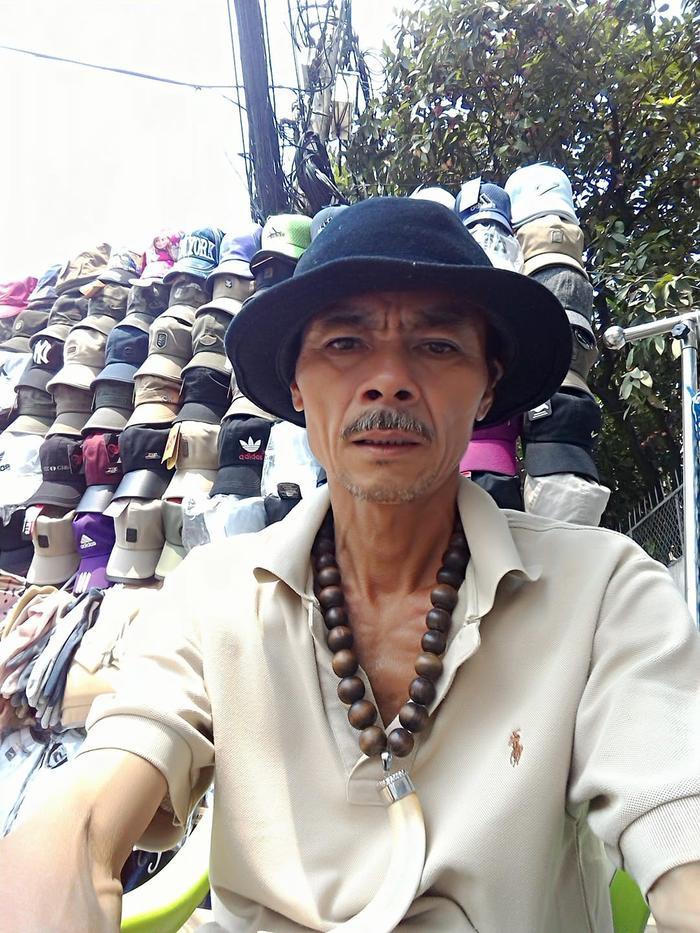 Hiện tại, ông Hoàng vừa chạy xe ôm, vừa phụ vợ bán nón và tham gia Đội hiệp sĩ. Ảnh: FBNV.