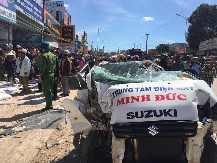 Chiếc xe tải nhỏ bị xe tải chở phân tông bẹp dúm – Ảnh: VĂN BÌNH