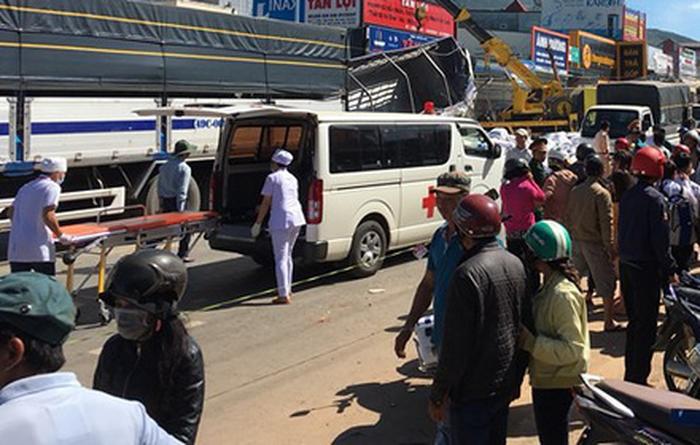 Các nạn nhân được đưa đi cấp cứu – Ảnh: CTV