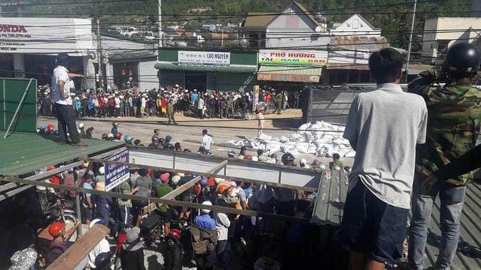 Hàng chục cảnh sát có mặt ở hiện trường phối hợp cơ quan chức năng địa phương giải quyết vụ tai nạn – Ảnh: CTV