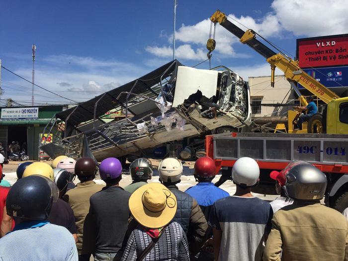Xe tải gây tai nạn đang được cẩu ra khỏi hiện trường – Ảnh: VĂN BÌNH